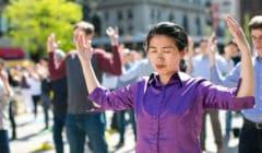 une femme pratiquant le Falun Gong