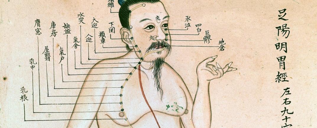 Peinture sur papier représentant une figure masculine, vêtue de bleu et d'or, d'un drap de longe rouge, marquée de points d'acupuncture formant une carte d'acupuncture.