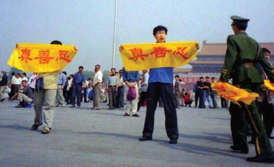 Chinois brandissant des bannières place Tian'anmen