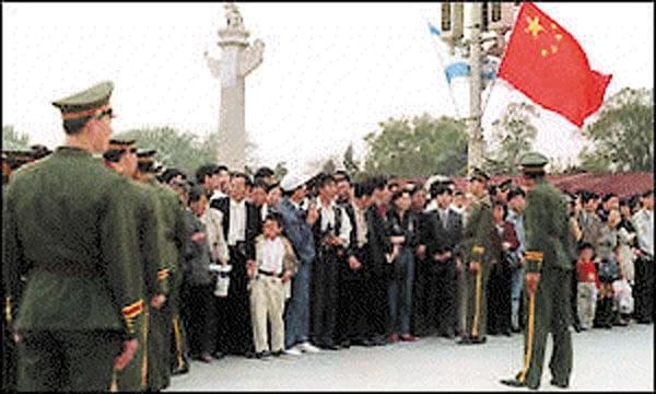 Des pratiquants de Falun Gong en famille, encadrés par des policiers non armés, lors de l'événement de Zhong Nan Hai le 25 avril 1999.
