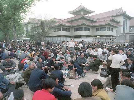 Des centaines de Chinois manifestent silencieusement le long de l'avenue Chang'an, à côté de l'enceinte des dirigeants de Zhongnanhai de Beijing, le dimanche 25 avril 1999. Des milliers de personnes ont rempli la rue pour exiger le droit de pratiquer un système de méditation connu sous le nom de Falun Gong. Il s'agit de la plus grande manifestation jamais organisée dans la capitale chinoise depuis le massacre de Tian An Men.