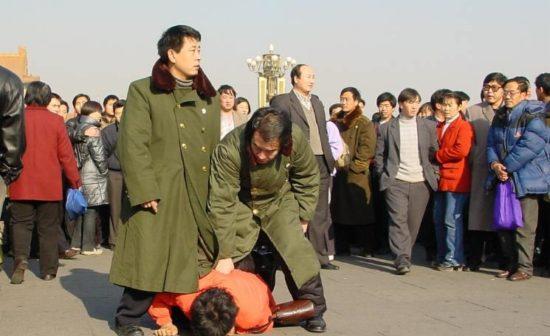 Un pratiquant de Falun Gong battu sur la place Tiananmen à Pékin le 7 janvier 2001.