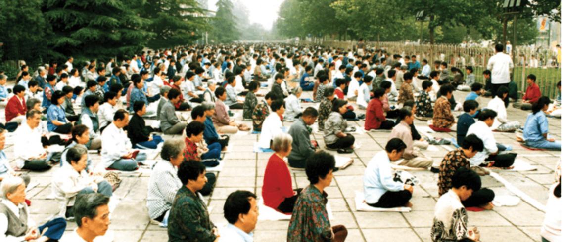 Deux milles pratiquants en train de méditer à Pékin en 1998.