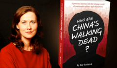 Kay Rubacek avec son livre « Qui sont les morts-vivants de la Chine ? »