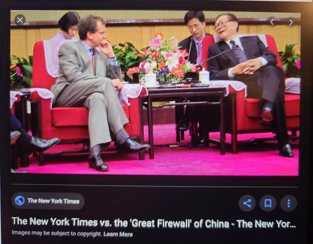 L'éditeur du New York Times lors de sa rencontre avec Jiang Zemin, le leader du Parti communiste chinois, qui a accédé au pouvoir juste après le massacre de Tiananmen en 1989 et qui, de façon unilatérale, a ordonné la campagne de persécution contre le Falun Gong. Après cette rencontre, le Times a largement cessé de faire des reportages sur le Falun Gong.