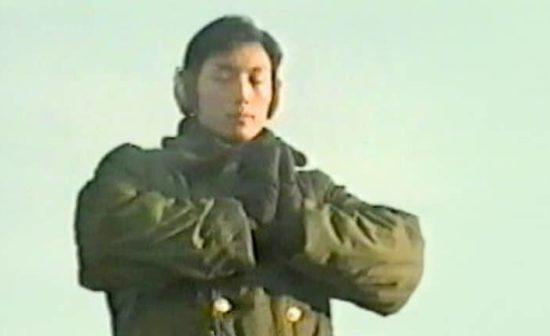 Des membres de la police er de l'armée pratiquant les exercices de Falun Gong en 1999
