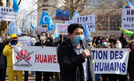 Monsieur Alain Tong, président de l'association Falun Dafa France prend la parole ; derrière lui, plusieurs associations de défense des droits humains sont présentes.