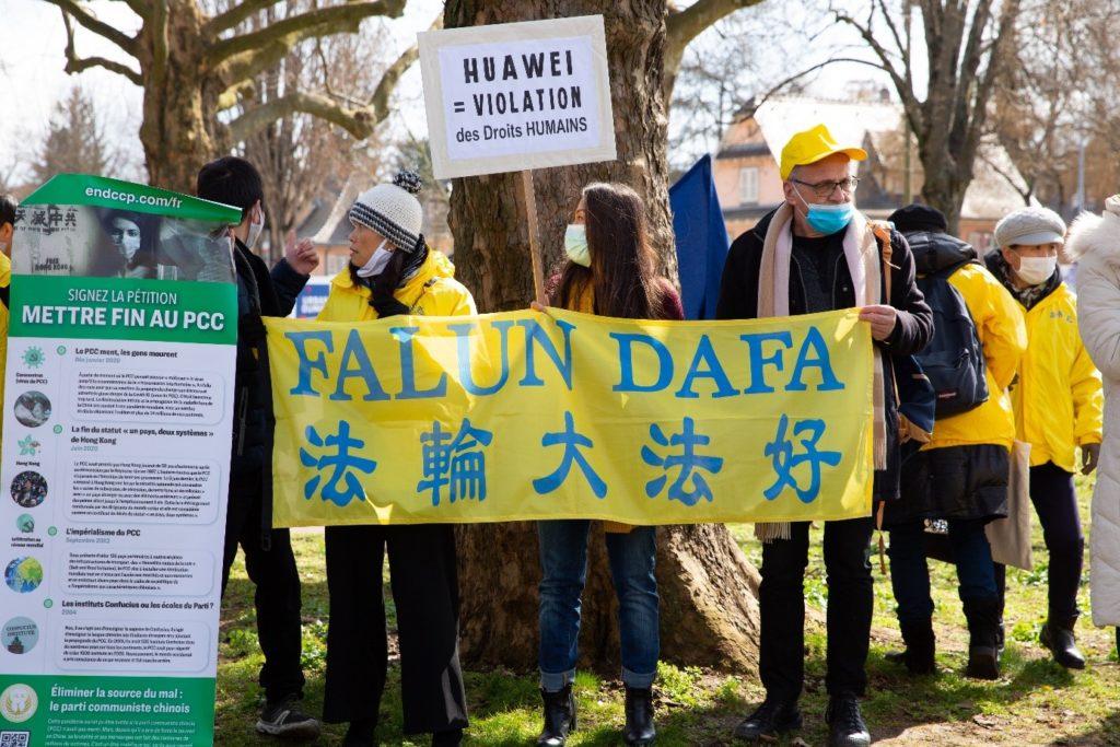 Des manifestants déploient des banderoles pour inciter les passants et les élus locaux à ne pas s'allier avec le PCC via le géant des télécommunications Huawei.