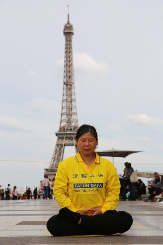 Jinhua Yang en méditation à Paris Place du Trocadéro