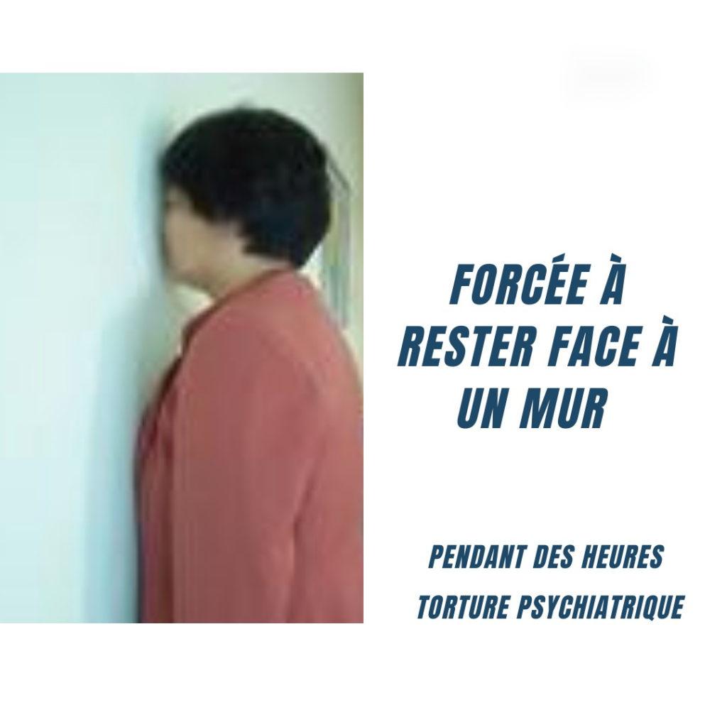 torture : forcée à rester face à un mur